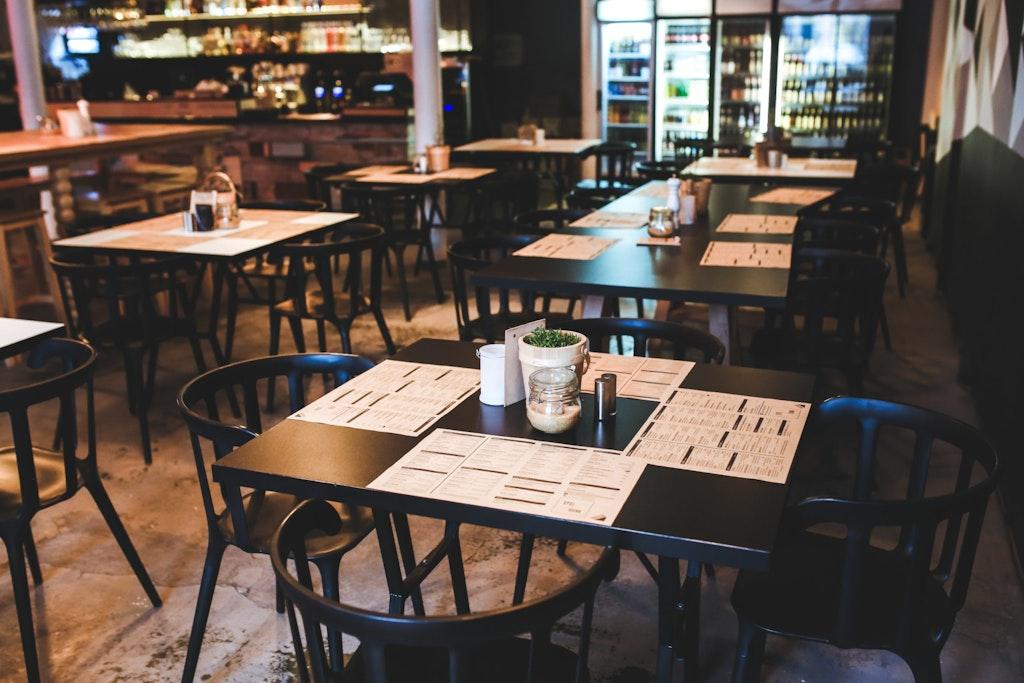 empty restaurant black tables that are set